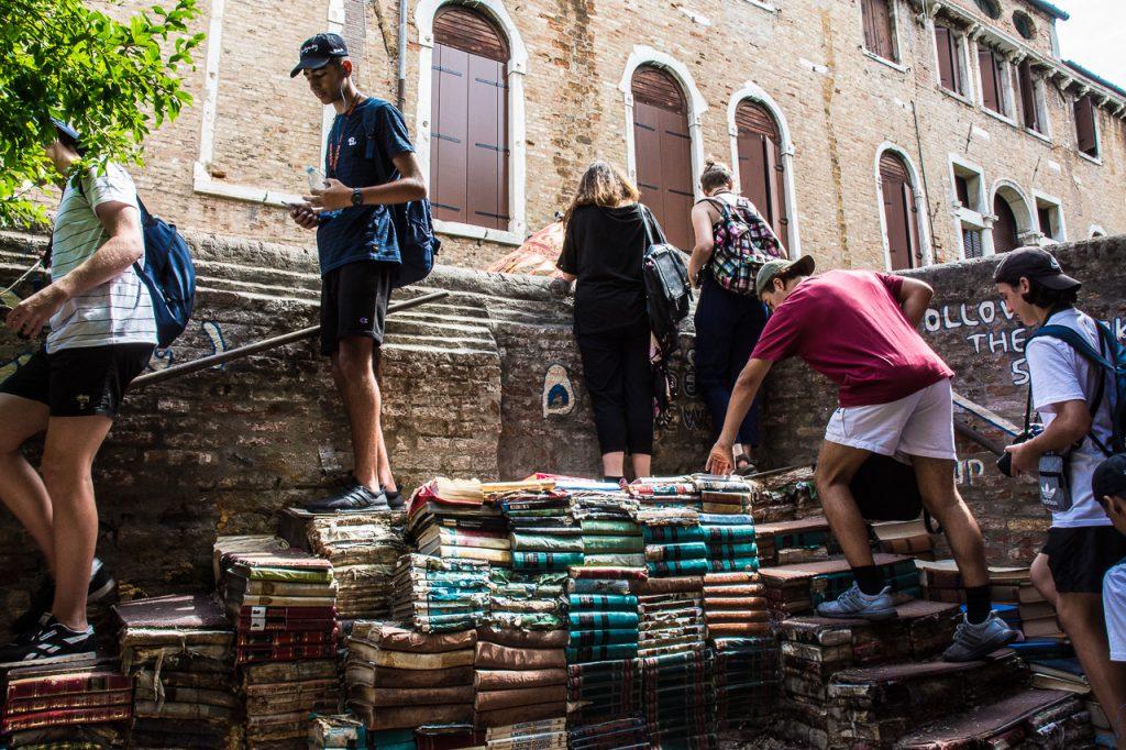 Libreria Acqua Alta: I libri ti portano in alto