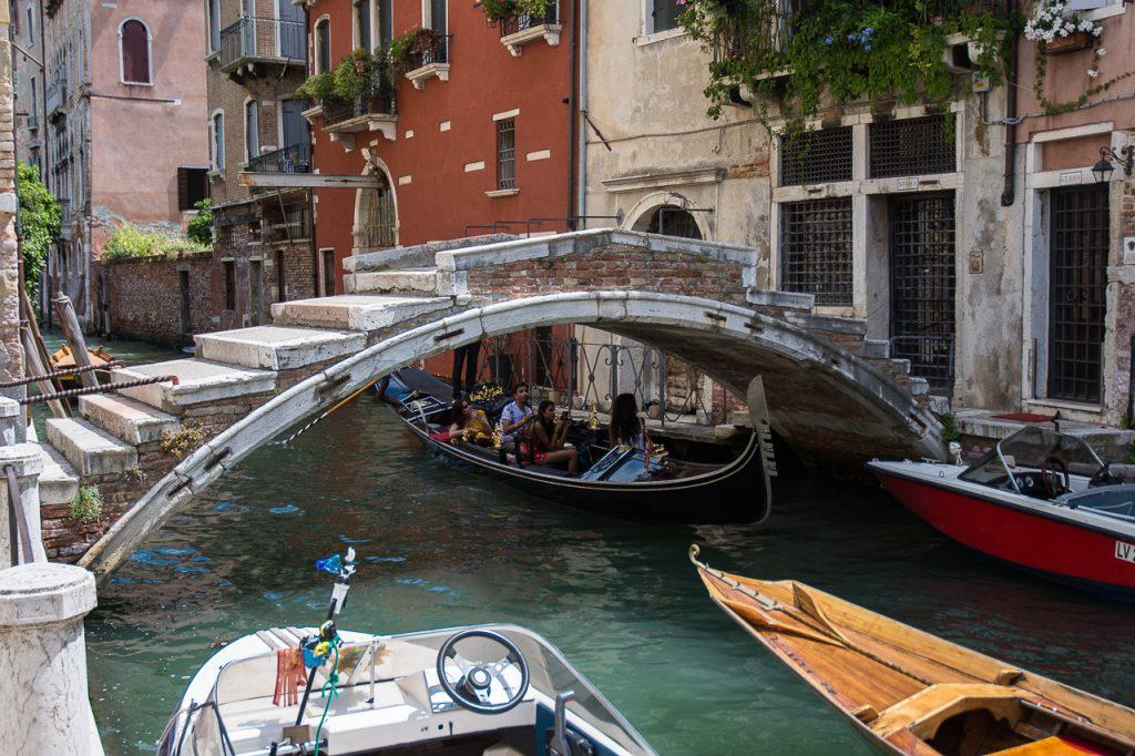 L'ultimo ponte senza sponde rimasto a Venezia